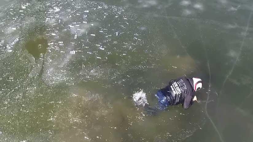 El dramático momento en que un hombre se hunde en un lago helado en su motonieve (VIDEO)