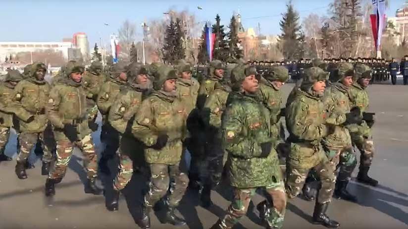 VIDEO: Soldados angoleños danzan en una ciudad siberiana a 14 grados bajo cero