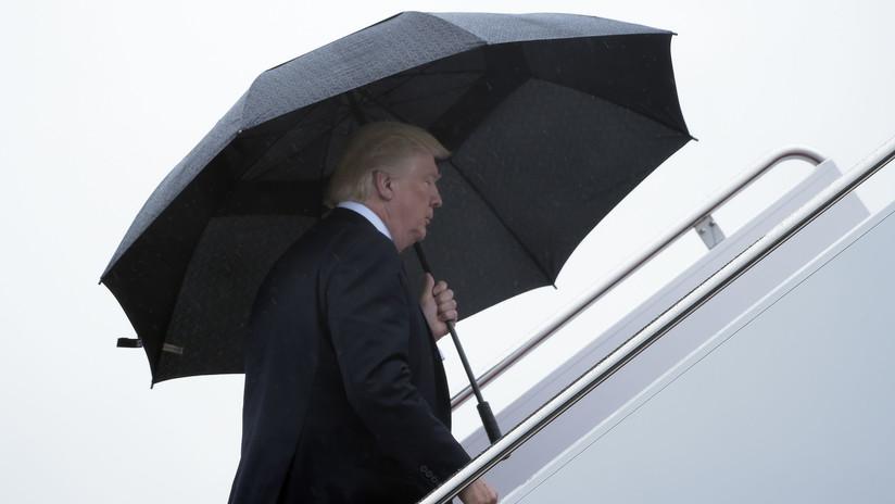 VIDEO: Trump, solo bajo un gran paraguas, deja a su mujer e hijo expuestos a la lluvia
