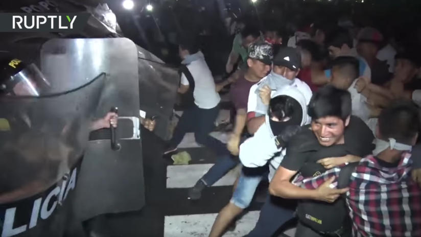 VIDEO: La Policía usa porras para dispersar una protesta estudiantil en Lima