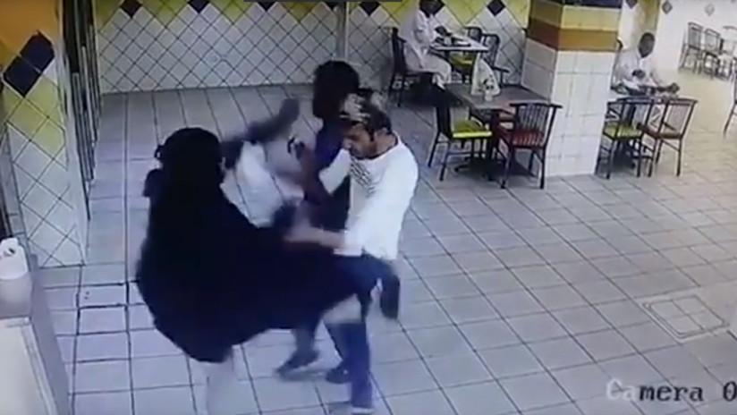 VIDEO: Mujer descontenta lanza una patada 'a lo Mortal Kombat' al empleado de un restaurante saudita