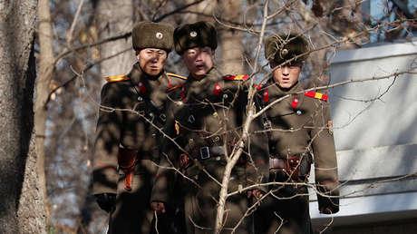 Soldados norcoreanos están de guardia en la zona desmilitarizada en la aldea fronteriza de Panmunjom. Foto ilustrativa.