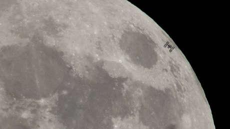 La EEI con la Luna de fondo, 30 de enero de 2008.