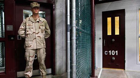 Un elemento de guardia vigila las instalaciones del campo de detención en Guantánamo