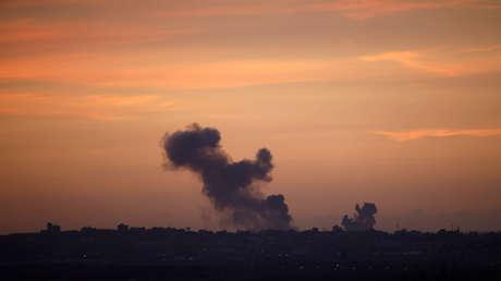 El humo se eleva desde Gaza después de una ofensiva de las fuerzas israelíes.