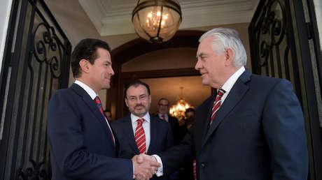 Enrique Peña Nieto aprieta la mano de Rex Tillerson durante la visita del diplomático estadounidense a la Ciudad de México, el 2 de febrero de 2018.