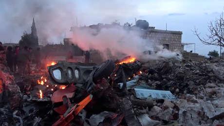 Restos del avión ruso Su-25 derribado en la provincia de Idlib.