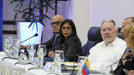 La presidenta de la ANC, Delcy Rodríguez, y el ministro de Comunicación, Jorge Rodríguez, durante las negociaciones en Santo Domingo. 31 de enero de 2018.