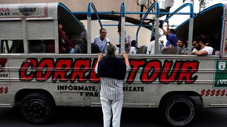 El bus turístico 'corruptour', que denuncia casos de corrupción, en las calles de Ciudad de México. 5 de febrero de 2017.