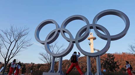 Voluntarios posan junto a los anillos olímpicos en los Juegos Olímpicos de Invierno de Pyeongchang en Pyeongchang, Corea del Sur, el 7 de febrero de 2018.