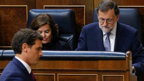 El líder de Ciudadanos, Albert Rivera, pasa frente al presidente Mariano Rajoy, en el Congreso.