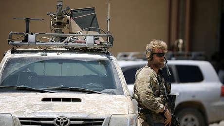 Un soldado de EE.UU. monta guardia junto a un vehículo blindado en la ciudad de Tabqa (Siria), el 29 de junio de 2017.