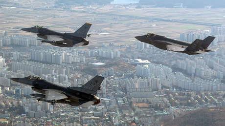 Aviones de la Fuerza Aérea estadounidense realizan un vuelo de entrenamiento, sobre la ciudad de Gunsan, en Corea del Sur, el 1 de diciembre de 2017.