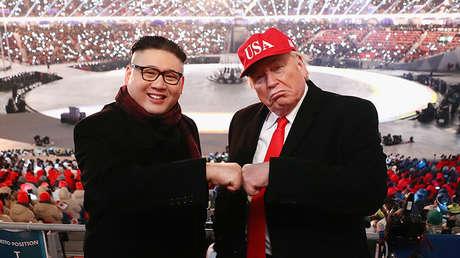 Imitadores de Donald Trump y Kim Jong-un posan durante la ceremonia de apertura de los Juegos Olímpicos de Invierno, en el Estadio Olímpico de Pyeongchang, Corea del Sur, el 9 de febrero de 2018.