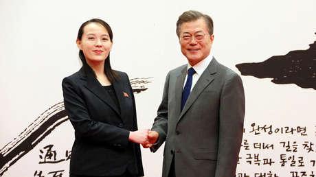 Le président sud-coréen Moon Jae-in serre la main de Kim Yo-jong, la sœur du leader nord-coréen Kim Jong-un, à Séoul (Corée du Sud), sur une photo publiée par l'agence KCNA le 10 février 2018.