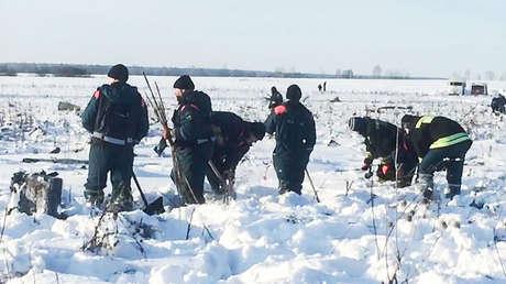 Equipo de emergencias en el lugar de la tragedia del avión An-148, que se estrelló el 11 de febrero cerca de Moscú, Rusia.