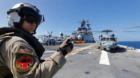 Un soldado estadounidense prepara un helicóptero marino MH-60S Sea Hawk a bordo del USS Kearsarge, en el mar Caribe, el 18 de septiembre de 2017.