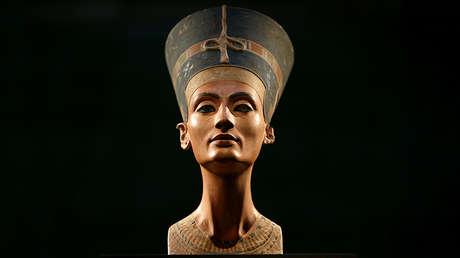 Busto de Nefertiti en una revista de prensa de la exposición 'In The Light Of Amarna' en el Neues Museum de Berlín, Alemania, el 5 de diciembre de 2012.