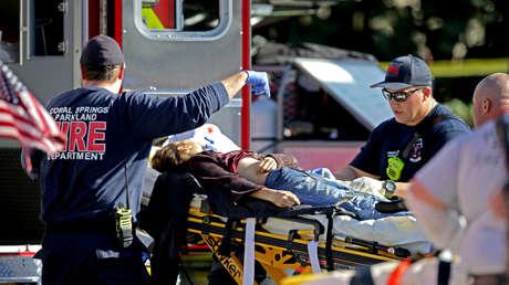 Personal médico atiende a una víctima del tiroteo en la escuela secundaria de Parkland, Florida, el 14 de febrero de 2018.