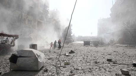 La gente camina sobre los escombros en la ciudad de Douma, en el este de Ghouta, en Damasco, Siria, el 7 de febrero de 2018.