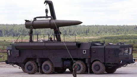Militares rusos equipan un sistema de misiles tácticos Iskander en Kubinka, en las afueras de Moscú, Rusia, el 17 de junio de 2015.
