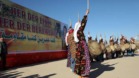 Los kurdos bailan durante una protesta contra los ataques turcos en Afrín, Qamishli, Siria, 30 de enero de 2018.
