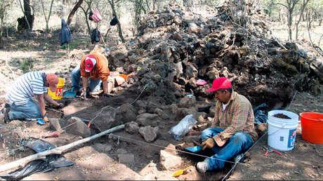 Especialistas trabajan en la excavación de la antigua ciudad de Angamuco, en el estado mexicano de Michoacán.