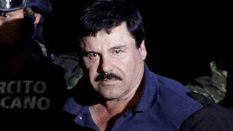 """El señor de la droga recapturado Joaquín """"El Chapo"""" Guzmán es escoltado por soldados en la Ciudad de México, México, el 8 de enero de 2016."""