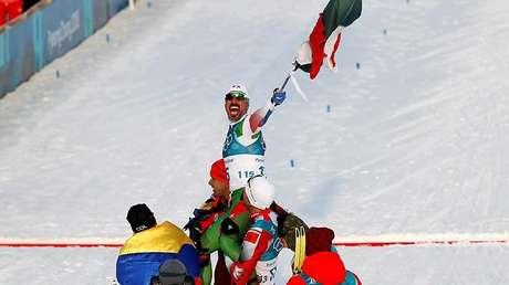 El mexicano Germán Madrazo es recibido en la meta por los representantes de Colombia, Marruecos y Tonga.