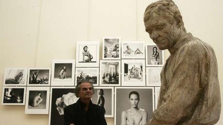 El fotógrafo francés Patrick Demarchelier posa junto a sus obras en una exhibición en París. 26 de septiembre de 2008.
