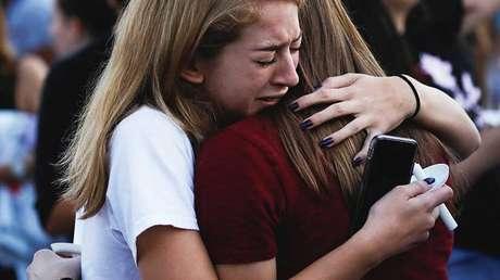 Estudiantes lloran por las víctimas de la matanza en la escuela Stoneman Douglas de Florida, 15 de febrero de 2018.