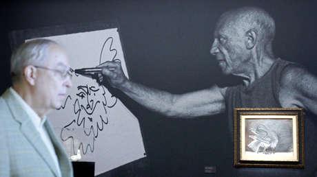 Un hombre pasa delante de una fotografía de Pablo Picasso en el Museo Albertina de Viena el 21 de septiembre de 2010.