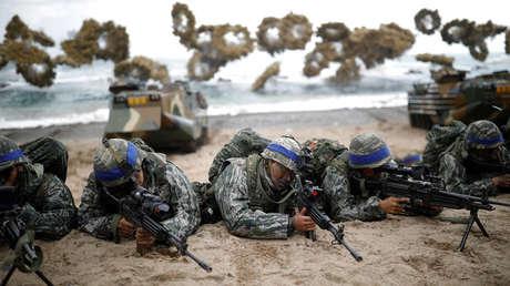Marines de Corea del Sur participan en un simulacro de operación conjunta de aterrizaje de EE. UU.-Corea del Sur, en Pohang, Corea del Sur, 2 de abril de 2017.