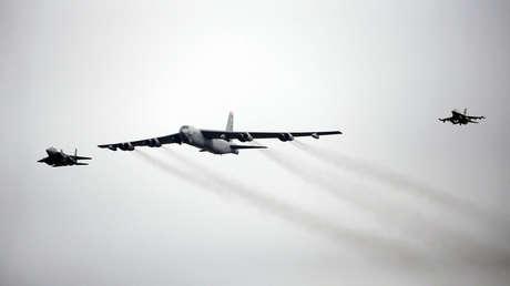 Un avión de la Fuerza Aérea B-52 vuela sobre la base aérea de Osan en Pyeongtaek, Corea del Sur, 10 de enero de 2016.