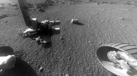 Vista desde la cámara frontal del Rover, durante una exploración en Marte, muestra un patrón de rayas de roca en el suelo,  en enero de 2018.