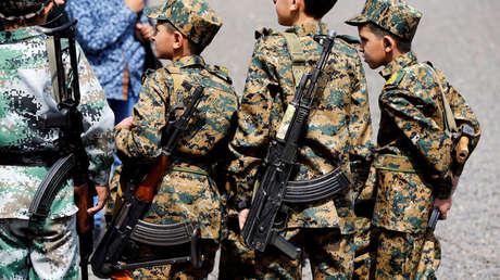 Niños con rifles asisten a una manifestación hutí, en Saná, capital de Yemen, durante el 2016.