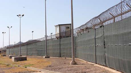 Una torre de vigilancia de la prisión militar que EE.UU. tiene en la bahía de Guantánamo, 26 de enero de 2017