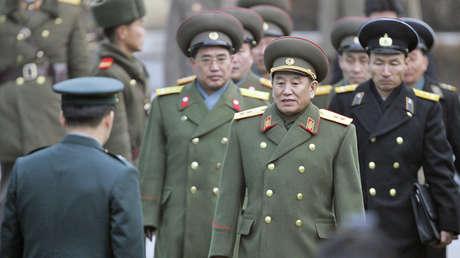 Kim Yong-chol y otros oficiales militares de Corea del Norte son recibidos por un oficial surcoreano tras cruzar una línea fronteriza en la aldea de Panmunjom, el 12 de diciembre de 2007.