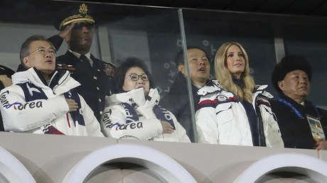 Presidente de Corea del Sur, Moon Jae-in, su esposa Kim Jung-sook, hija y asesora del presidente de EE.UU., Donald Trump,  Ivanka Trump y Kim Yong Chol de la delegación de Corea del Norte en la ceremonia de clausura de los JJ.OO. de Invierno en Corea del Sur, 25 de febrero, 2018.