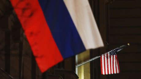 Las banderas de Estados Unidos y Rusia en el edificio de la Embajada estadounidense en Moscú.