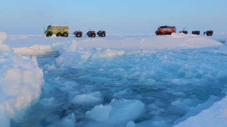 Camiones de la expedición Marine Ice Automobile cruzan el Polo Norte.
