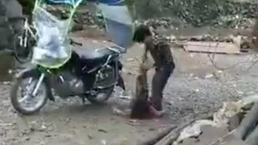 VIDEO BRUTAL: Hombre ata de una pierna a su hija para luego arrastrarla con una motoneta