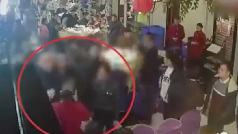 VIDEO: Abofetean y golpean a una camarera por su lento servicio en un restaurante en Chino
