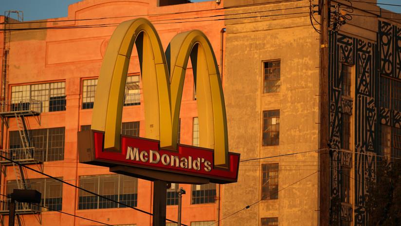 VIDEO: Un cliente es expulsado de McDonald's por invitar a un sintecho a comer