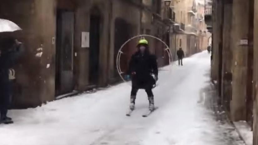 VIDEO: Un esquiador 'autopropulsado' surca las calles de España con una hélice en la espalda