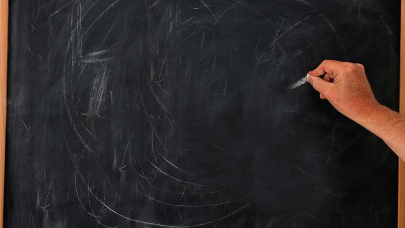 FOTOS: Un maestro que enseña informática con tiza y pizarra hace furor en las redes