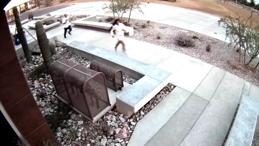 VIDEO: Ladrones se dan a la fuga, pero se refugian por despiste en una comisaría