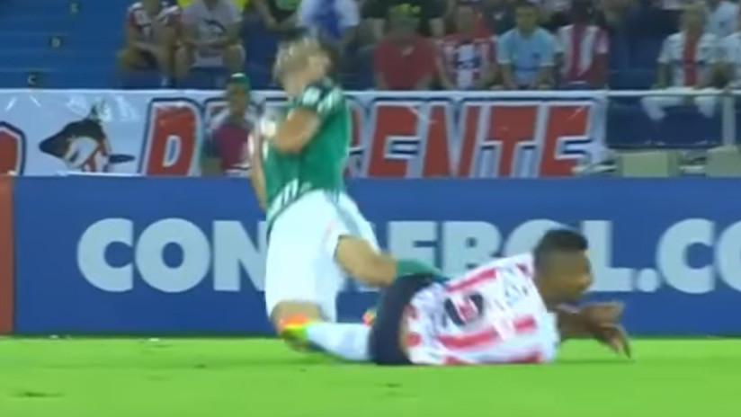 VIDEO: Un jugador de Junior lanza una salvaje patada voladora contra un rival de Palmeiras