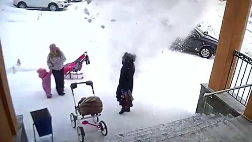 VIDEO: El momento en que una niña salva a su madre de la caída de una enorme masa de nieve