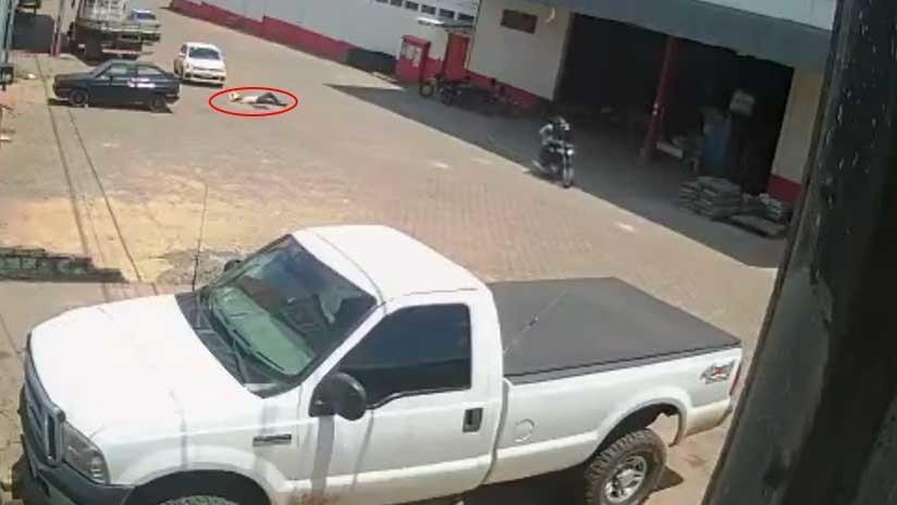 FUERTE VIDEO: Un hombre recibe un disparo en la cabeza y nadie acude a socorrerlo